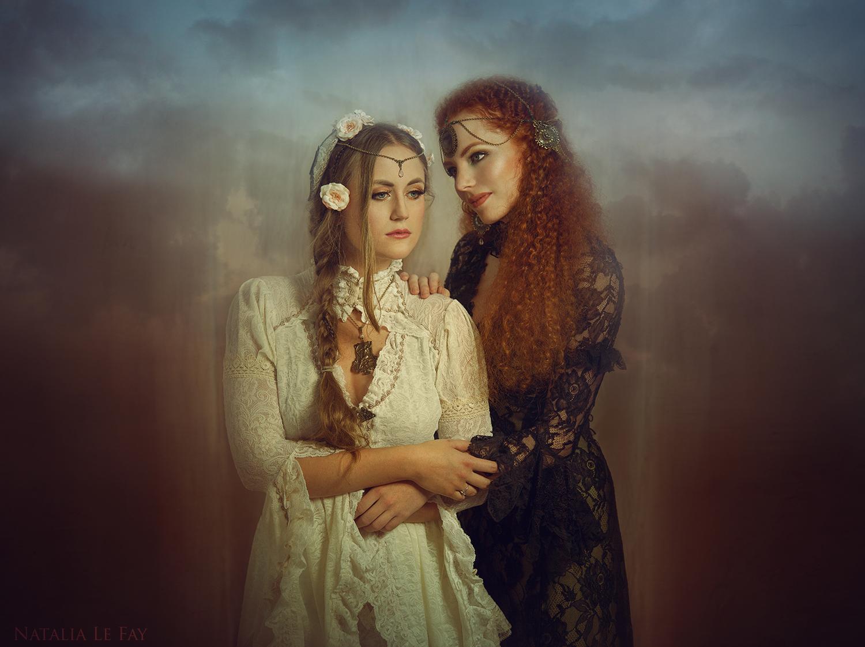 Models: Lisette Verhoeven und Myrna Moonstruck, Kleider: Somnia Romantica, Schmuck: Elegant Curiosities