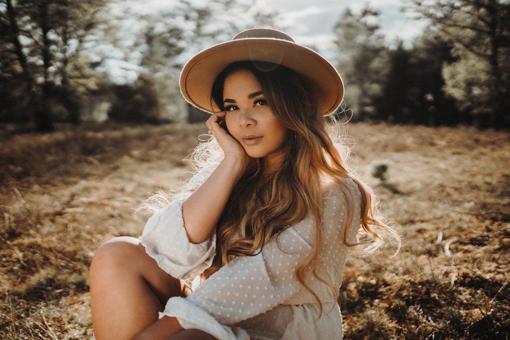 Frühlings Fashion Foto - Frau und Sonnenstrahlen