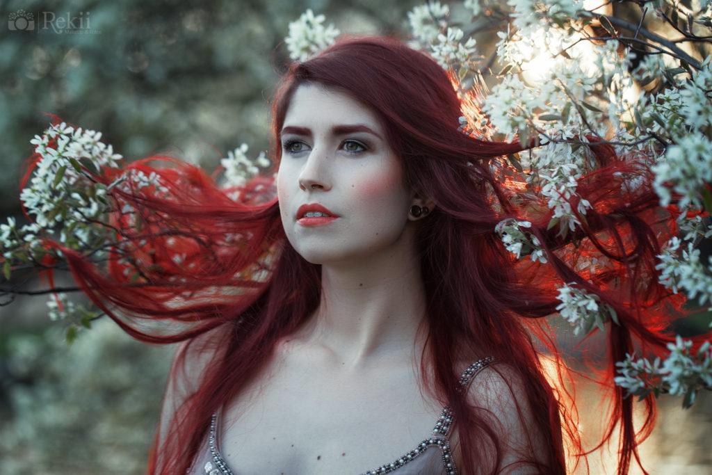 Frühlings Foto Inspirationen - Frau mit roten Haaren in Blüten