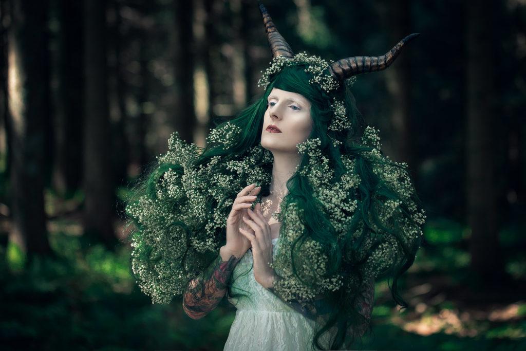 Frühlings Fantasy Foto - Frau mit Hörnern und Blumen