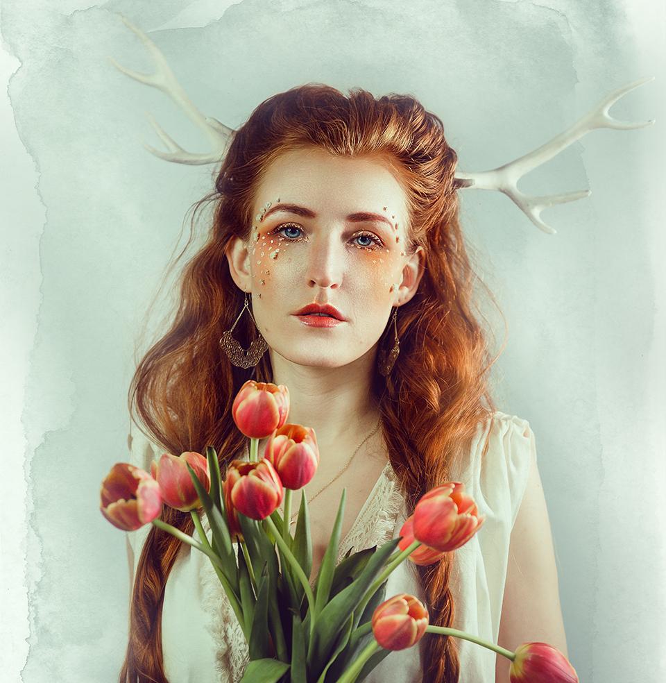 Frau mit Geweih und Blumen, Tulpen, Fantasy Fotos